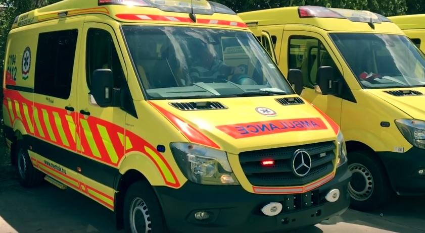 Tragédia a 84-esen: busszal ütközött egy autó, a sofőr és az utas is meghalt
