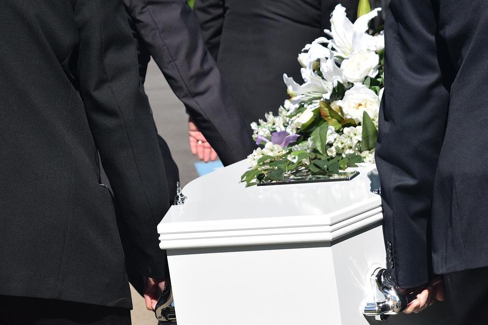 Saját temetésén kezdett lélegezni a koporsóban fekvő férfi