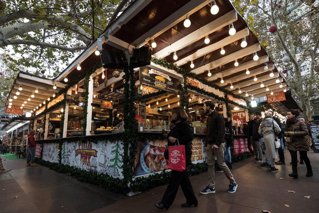 Adventi és karácsonyi vásár Budapesten a Vörösmarty téren 2017. november 10-én, a nyitónapon. MTI Fotó: Mónus Márton
