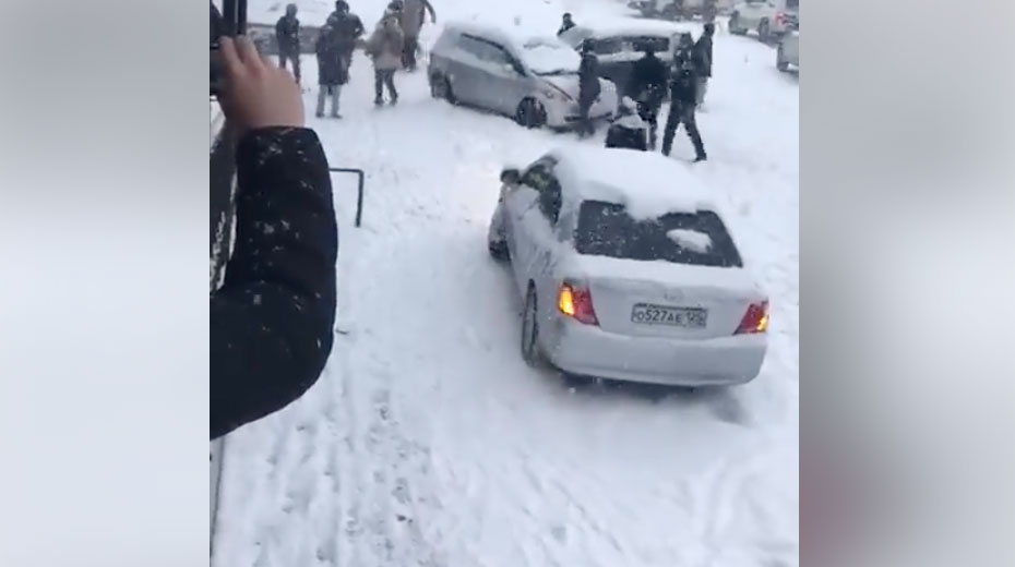 Végigzúzta a lejtős utcát a hóban elszabadult kisbusz – videó