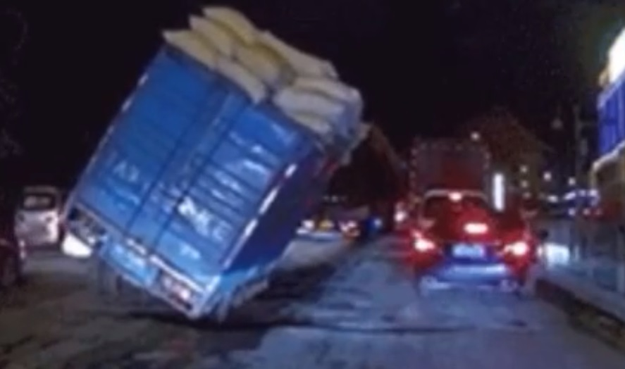 Dőlni kezdett a pótkocsi a dugóban, videón minden sofőr rémálma