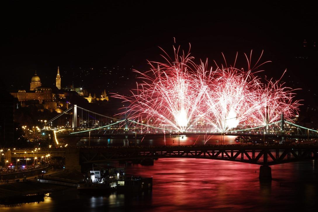 Ünnepi tűzijáték 2017-ben Budapesten. (Fotó: MTI/Szigetváry Zsolt)