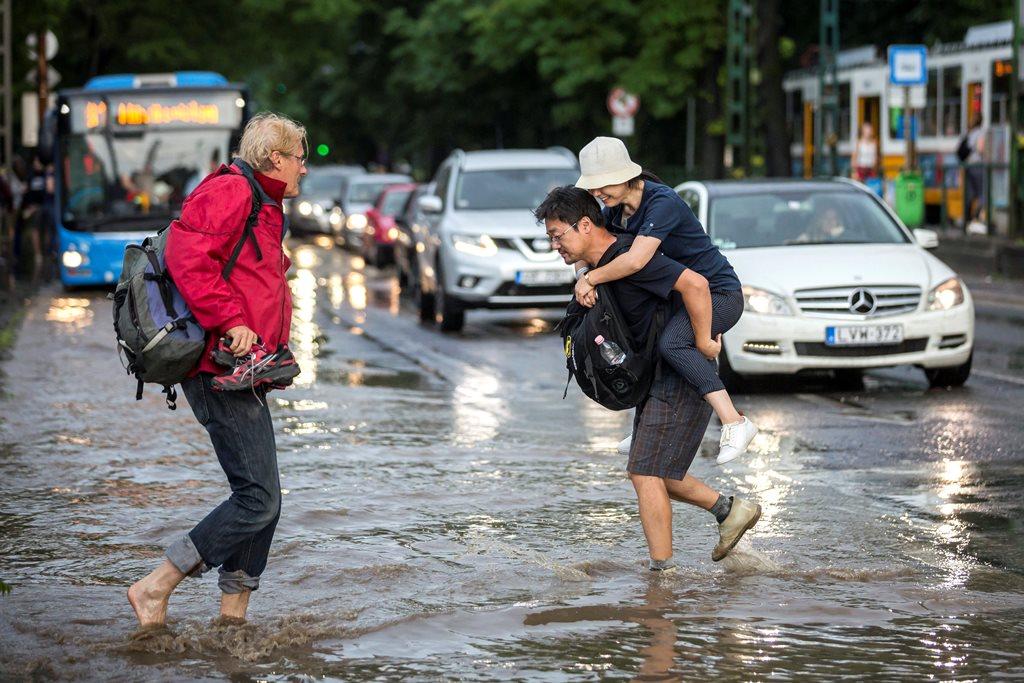 Személyautók felhőszakadás után a vízzel borított Szilágyi Erzsébet fasoron 2018. május 12-én. MTI Fotó: Mohai Balázs