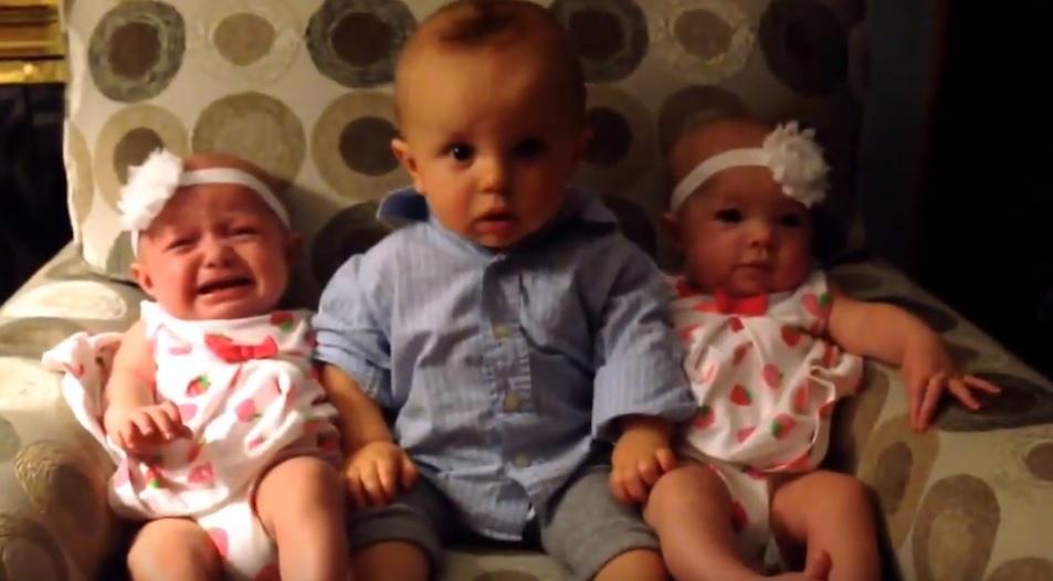 Mindent elárul a kisfiú arca, aki életében először lát ikerlányokat – videó