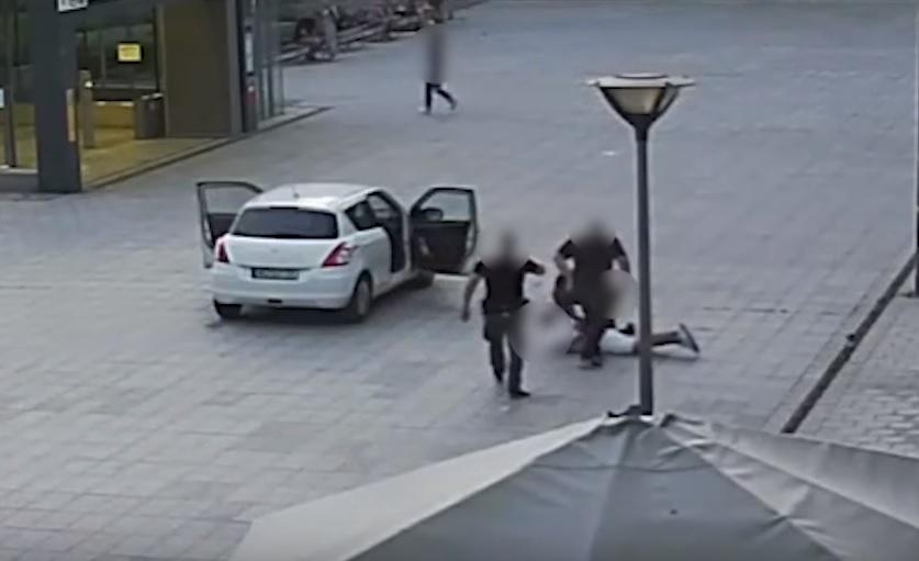 Amerikában csapnak le úgy a bűnözőkre, ahogy Máriót lerohanták a Rákóczi téren – videó