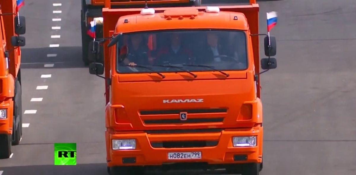 Sose lenne jogsid, ha úgy bénáznál, mint a teherautóval hidat avató Putyin – videó