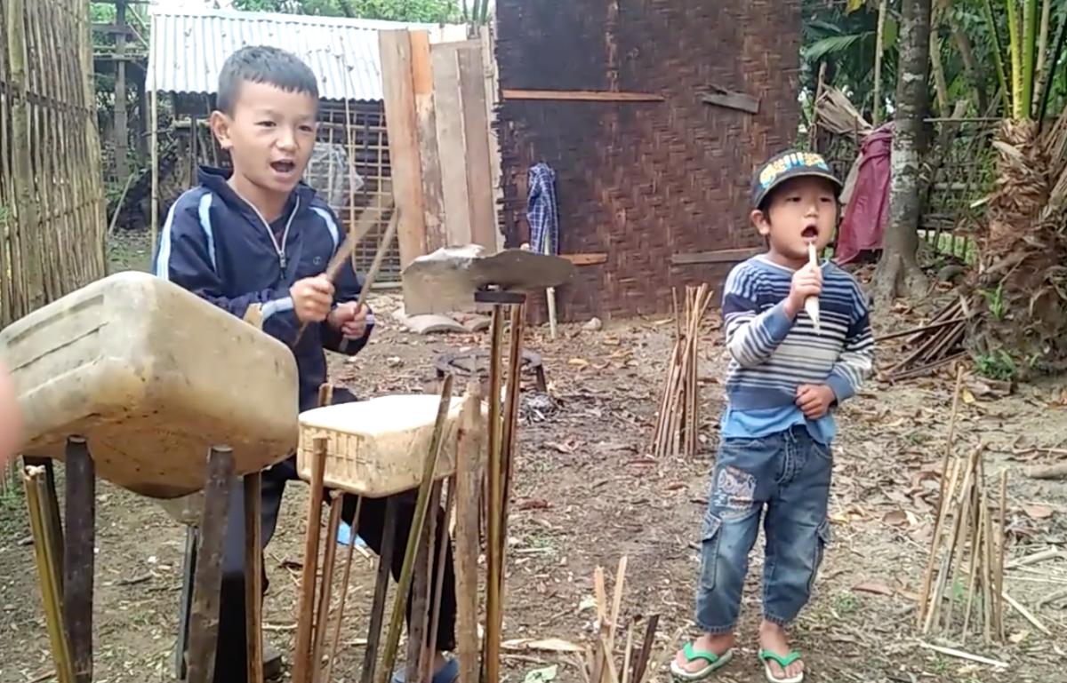 Műanyag kannákon, lemezeken doboló kisfiúzenekartól őrül meg az internet – videó