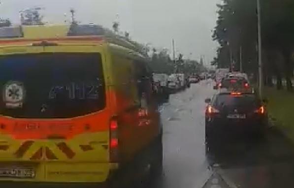 Szirénázó mentő rongyolt a budapesti dugóban, tanítani kellene, amit tettek az autósok – videó