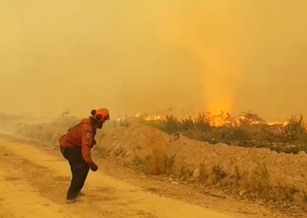 Drámai videón a tűzoltók esélytelen harca a gigászi tűztornádóval