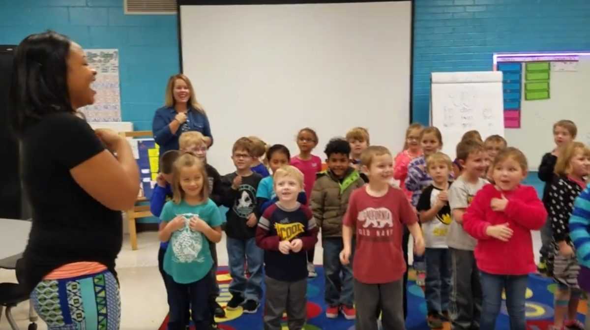 Szívbemarkoló ajándékot kapott a kisiskolásoktól a hallássérült gondnok – videó