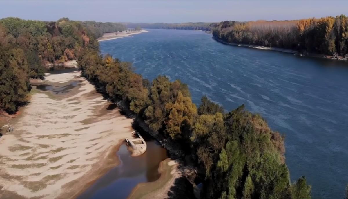 """""""A Duna felszínre kerülő kincsei"""" – művészi videó a leapadt Dunáról"""