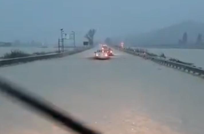Folyóvá változtatta az özönvíz a sztrádát Olaszországban – videó