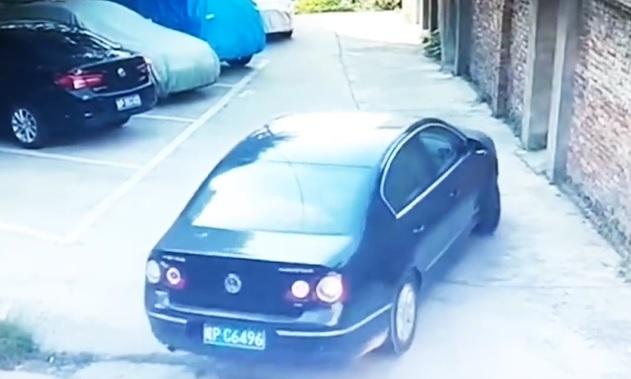 Friss jogsis így még nem mészárolt parkolás közben, mint ez a sofőr – videó
