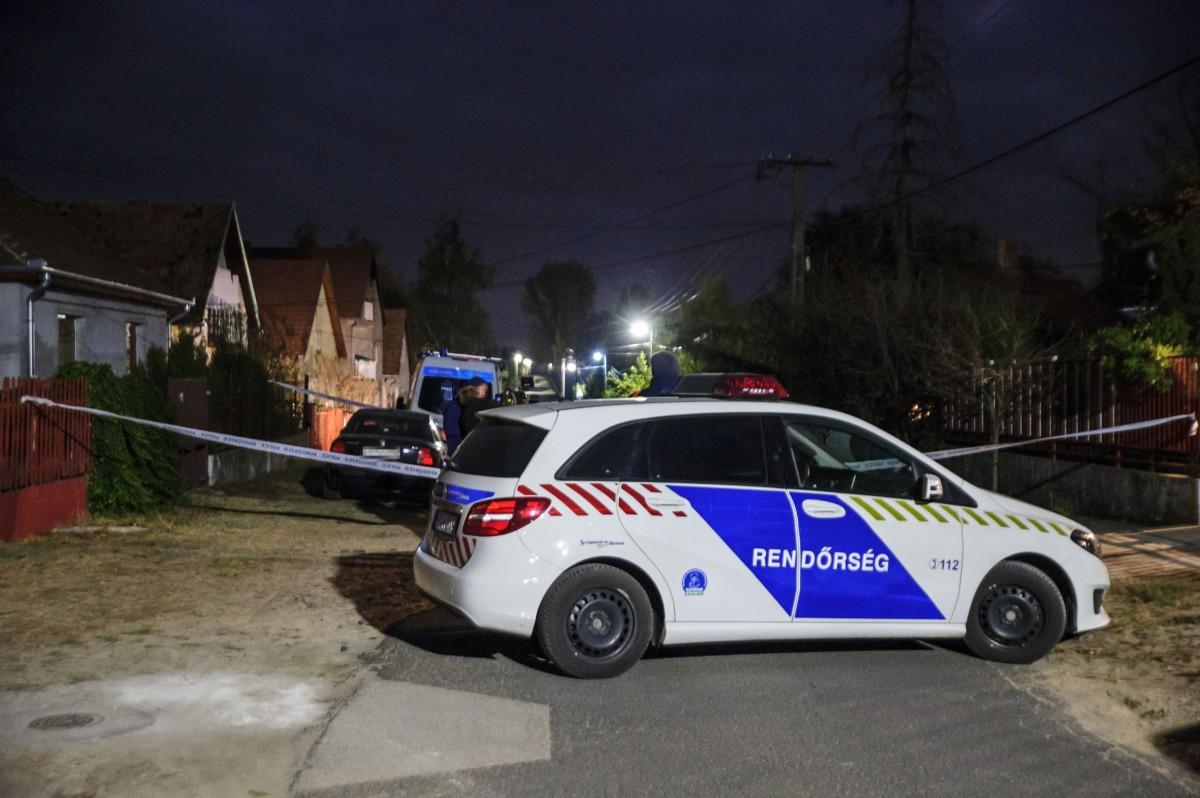 Rendőrautó áll lezárt utcában Sülysápon, ahol holtan találtak egy négy hónapos gyermeket egy családi házban 2018. október 26-án este. Fotó: MTI/Lakatos Péter