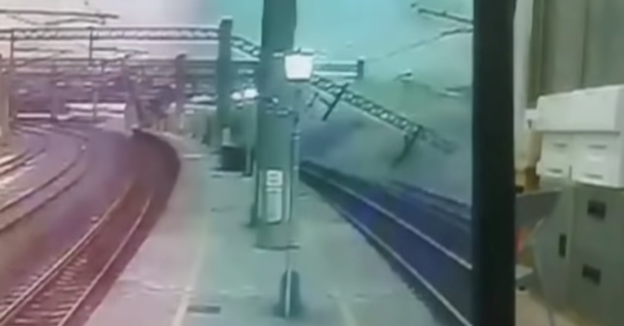 Vasúti tragédia Tajvanon: videón, amint kisiklik az utasokkal teli expressz
