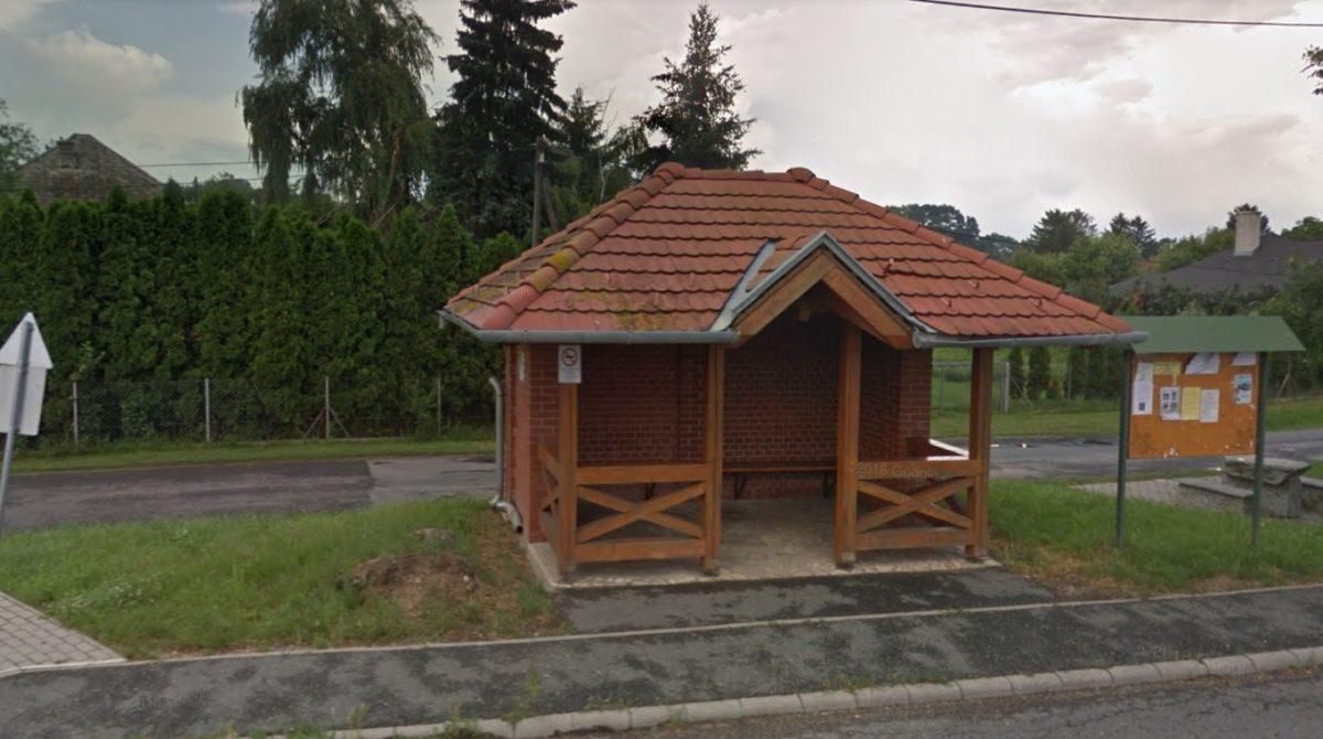 A buszmegálló, ahol a holttest feküdt (fotó: Google Utcakép)