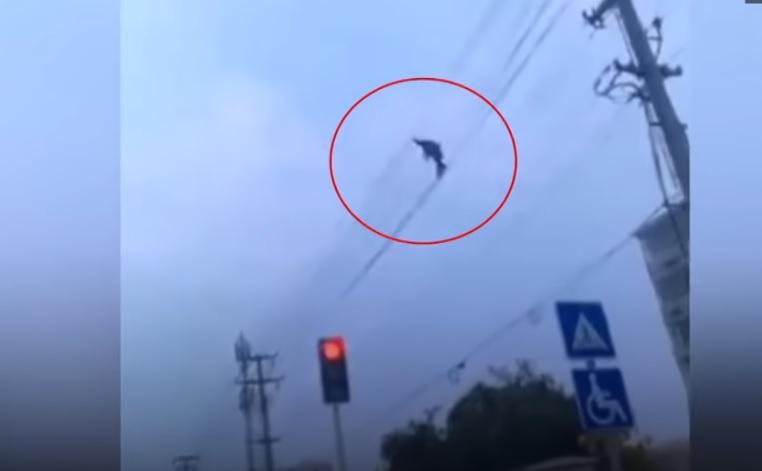 Részegen sétált a villanyvezetékeken a hónap hülyéje – videó