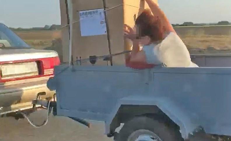 Életveszélyes hűtőszállítást mutatott be egy utánfutós suzukis Mosonmagyaróvárnál – videó