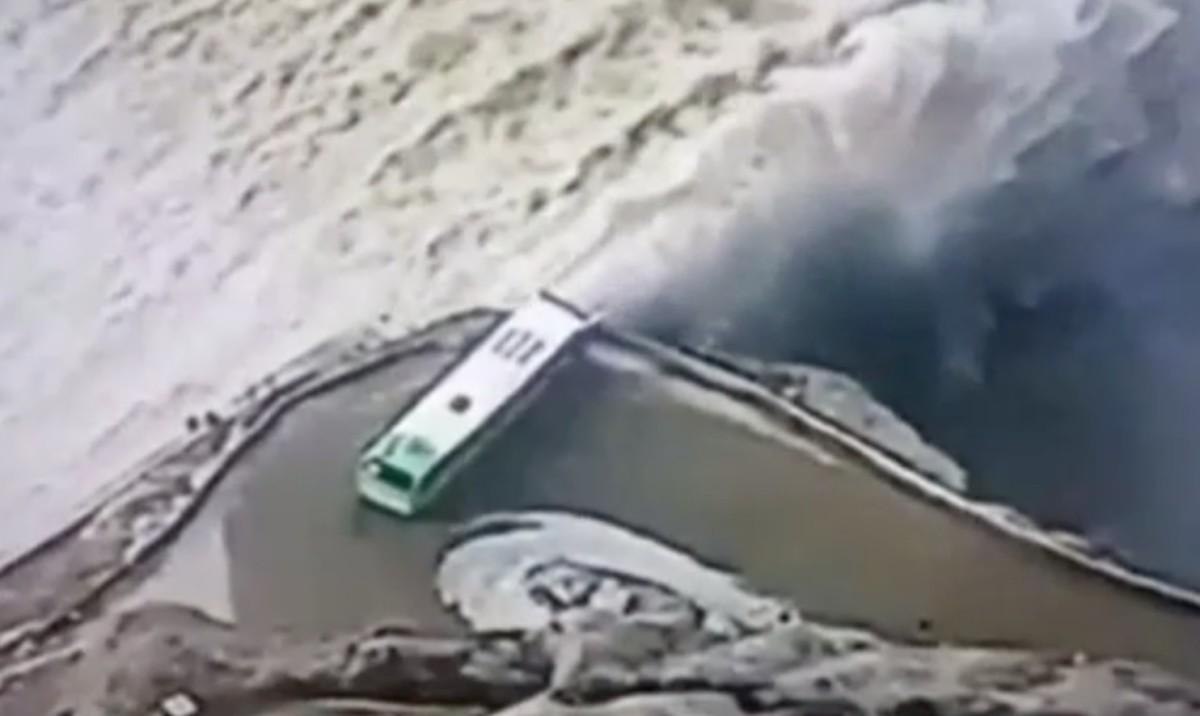 Hajmeresztő helyzetbe manőverezte buszát egy kolumbiai sofőr – videó