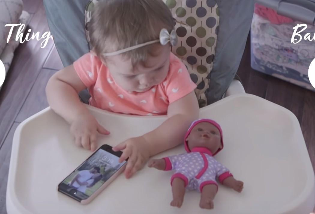 Egy baba elé mindenféle tárgyakat és játékokat tettek, érdekes teszt lett belőle – videó