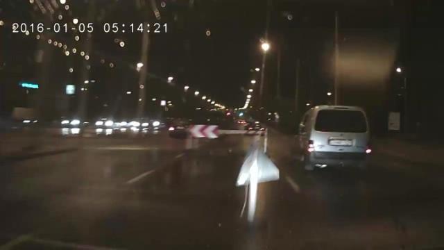Későn vette észre a soroksárin felbontott aszfaltot, belement – videó