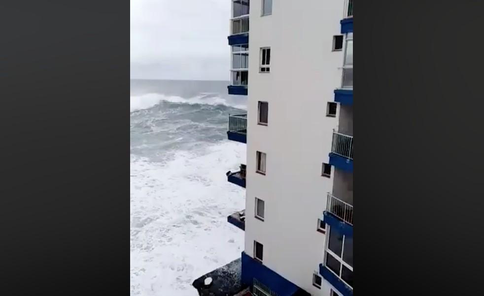 Úgy vitte a hullám az erkélyt Tenerifén, mint egy papírdarabot – videó