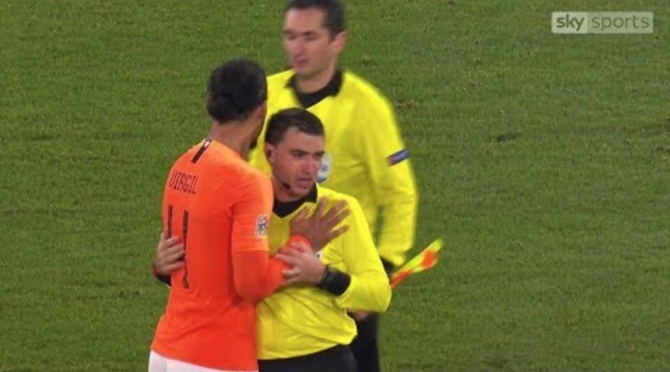 Megható jelenet: megölelte a síró román bírót a meccs végén a holland focista