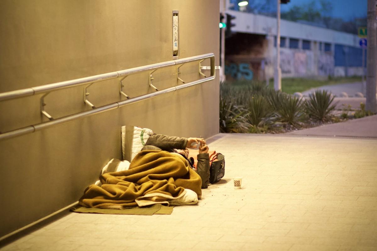 """""""Kisemmizték"""", megfagyott egy hajléktalan Budán, miután bevitték a menhelyre"""