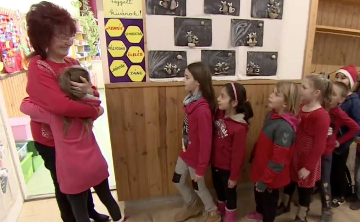 A szőlősgyöröki iskolában nem kezdődhet el tanítási nap ölelés vagy pacsi nélkül