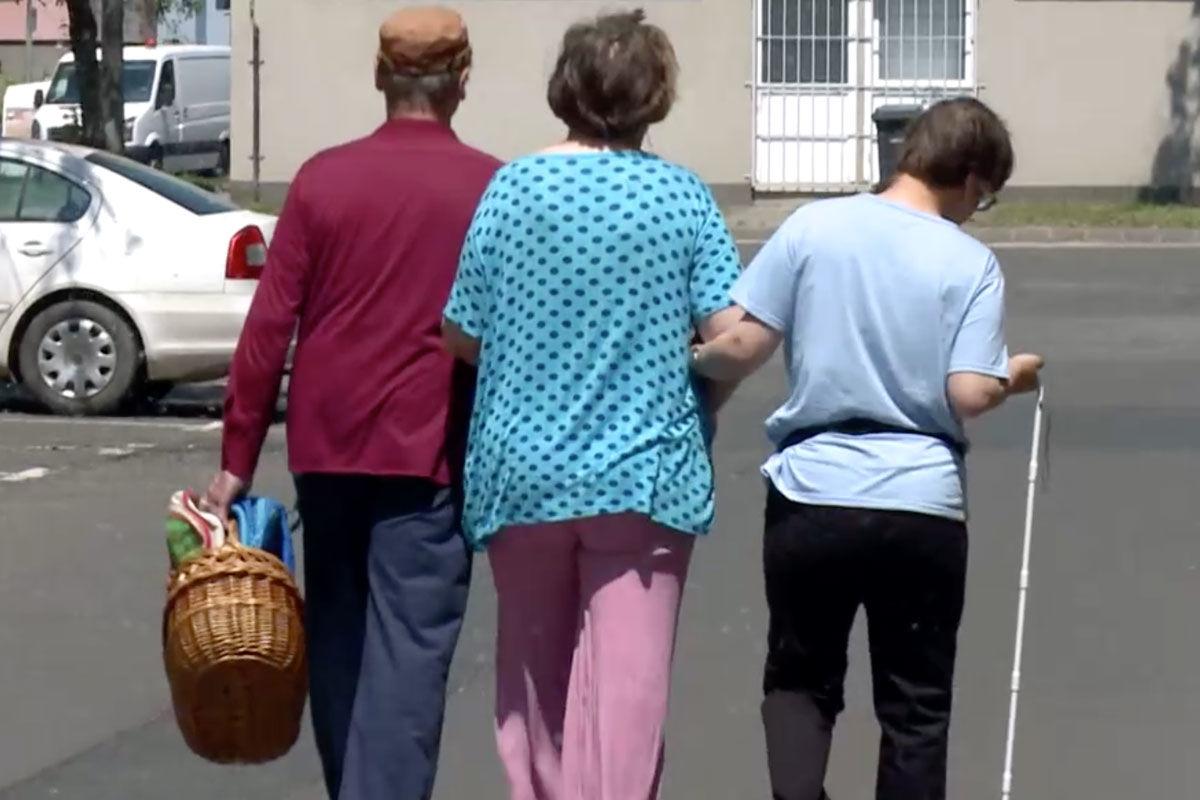 Nem engedték be a 61 éves látássérült nőt és 65 éves férjét a boltba együtt