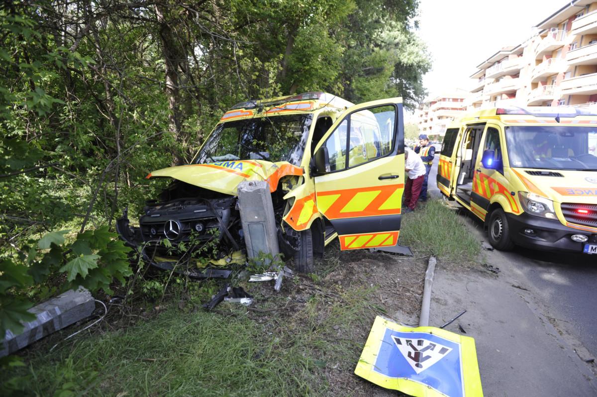 Összeroncsolódott mentőautó a XVIII. kerületi Nemes utcában, miután összeütközött egy személygépkocsival 2020. május 6-án. Fotó: MTI/Mihádák Zoltán