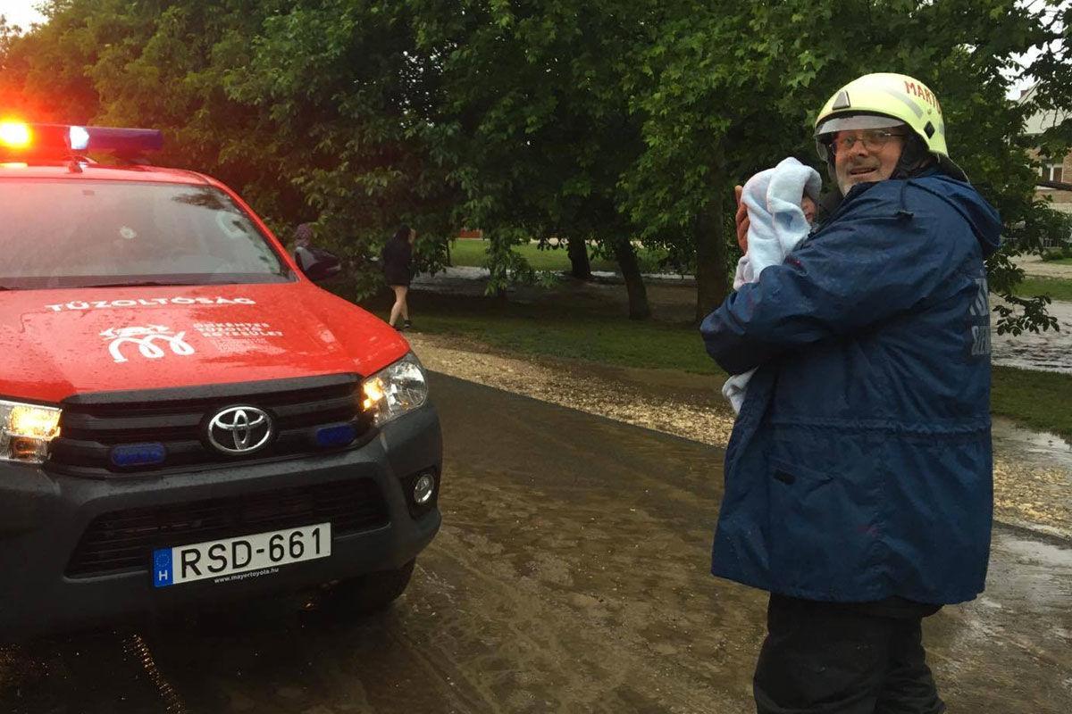 Az egyik házból egy csecsemőt és két tsetvérét mentették ki a tűzoltók. Fotó: BM Országos Katasztrófavédelmi Főigazgatóság