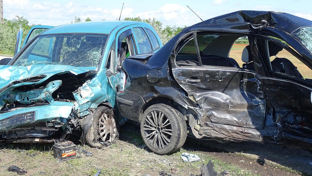 Összetört személygépkocsik, miután összeütköztek a Bács-Kiskun megyei Tiszakécske közelében 2020. június 2-án. Fotó: MTI/Donka Ferenc